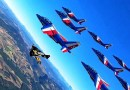 Потрясающее видео полета нескольких самолетов рядом со смельчакам в реактивных ранцах.