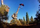 Бейсджамперы попрыгали с высоких конструкций в Чернобыле. [Видео]