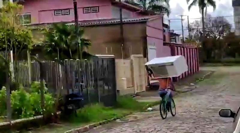 Не пытайтесь это повторить: Перевозка крупной бытовой техники на велосипеде. [Видео]