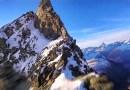 Удивительное видео, снятое с помощью беспилотника, показывающее пролет от первого лица над заснеженными горными вершинами. [Видео]