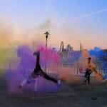 Брейкдансеры танцуют, подчеркивая свои движения дымовыми шашками. [Видео]