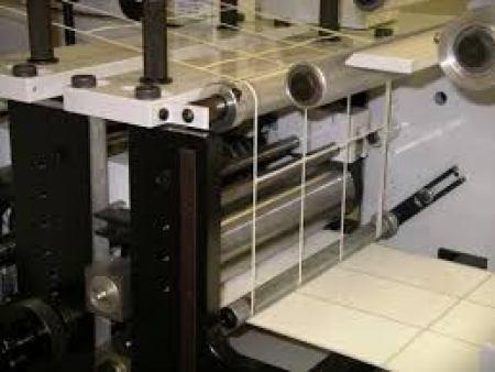 máy bế cuộn decal in mã vạch