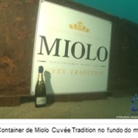Miolo faz campanha internacional do espumante Cuvée Tradition com Steven Spurrier e  imersão de garrafas no mar francês