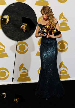 Taylor  Swift 摔坏了她的奖杯!