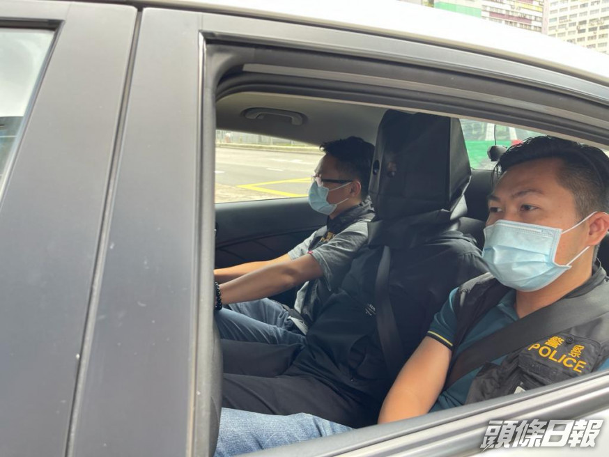 The suspect in the case in a hood was whisked away by police (pic: 头条日报)