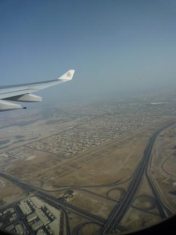 空中俯瞰迪拜,整个迪拜几乎看不到什么绿色植物,连机场跑到边都是沙漠