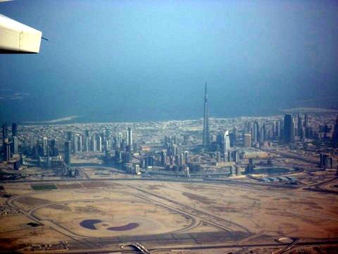 中间的那座高塔是世界最高建筑,著名的哈利法塔