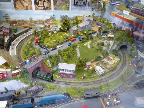 一家玩具店的橱窗里看到了小时候向往的玩具:微缩城市模型