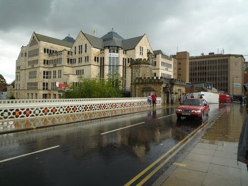 不过就过了几分钟,大雨淋了下来,整个城市就变得湿漉漉的