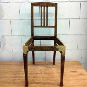 gespachtelter Stuhl wartet auf seinen ersten Anstrich