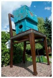 frisch geleimter Stuhl wartet auf seine Trocknung