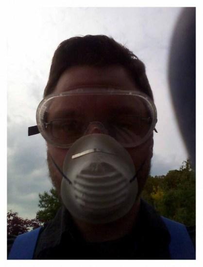 Robert mit Schutzbrille und Atemschutz