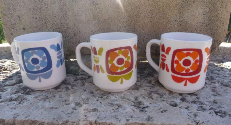 trois tasses Arcopal vintage années 70 mobil couleur bleu, marron-vert et orange rouge