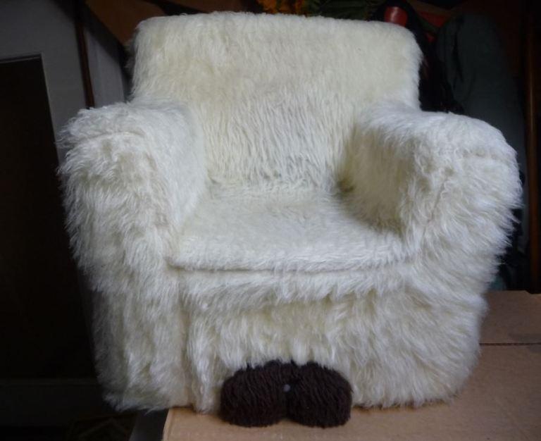 fauteuil d' enfant vintage en moumoute blanche année 70