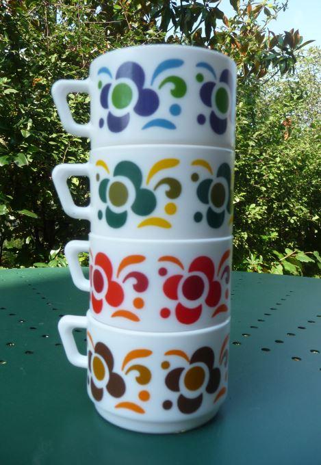 Tasse vintage Arcopal Knorr couleur bleu vert rouge et marron