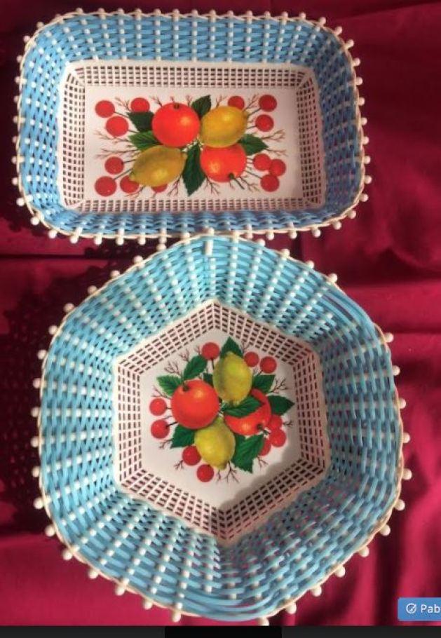 Corbeille en scoubidou Plastona, plastique rectangulaire ou hexagonale couleur bleu années 60