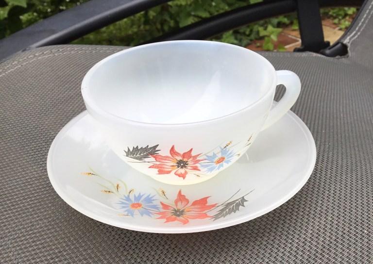 Petite tasse vintage en opaline de marque Arcopal motif chardons