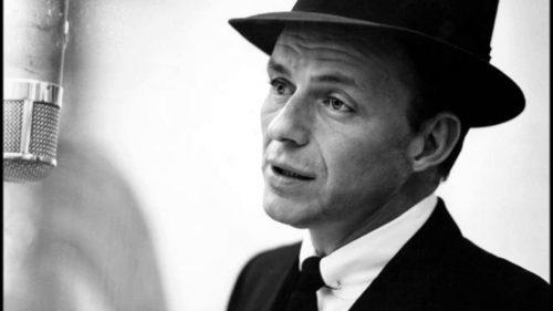 Frank Sinatra mit Clubkragen und Kragennadel