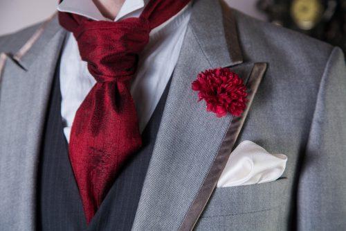 Cutaway mit Kläppchenkragen, Krawattentuch aus Seide, Seideneinstecktuch, Boutonniere.