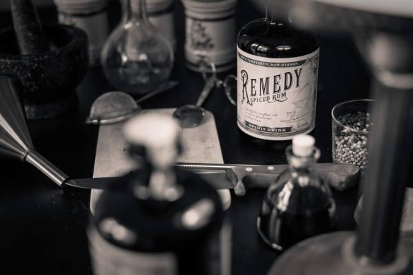 Remedy Rum mit Zutaten und Küchengerät