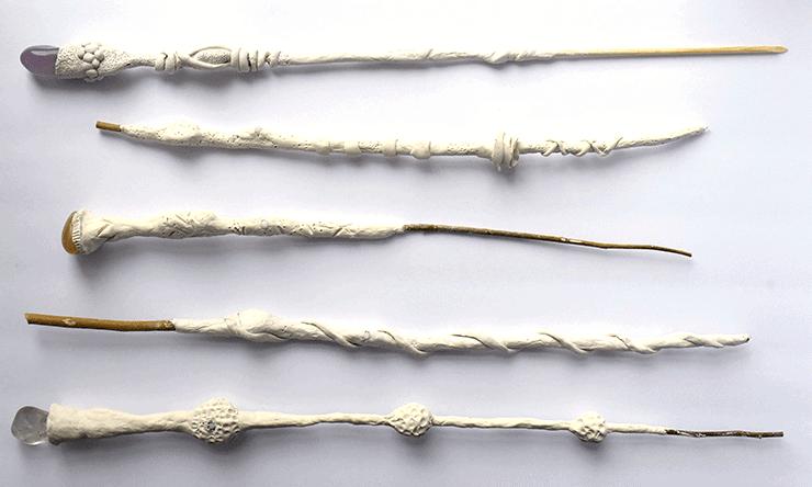 varitas hechas de arcilla seca al aire