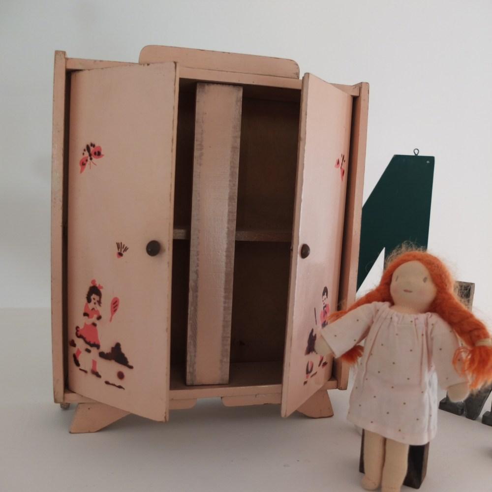 armoire de poup e des ann es 30 vintage magic. Black Bedroom Furniture Sets. Home Design Ideas