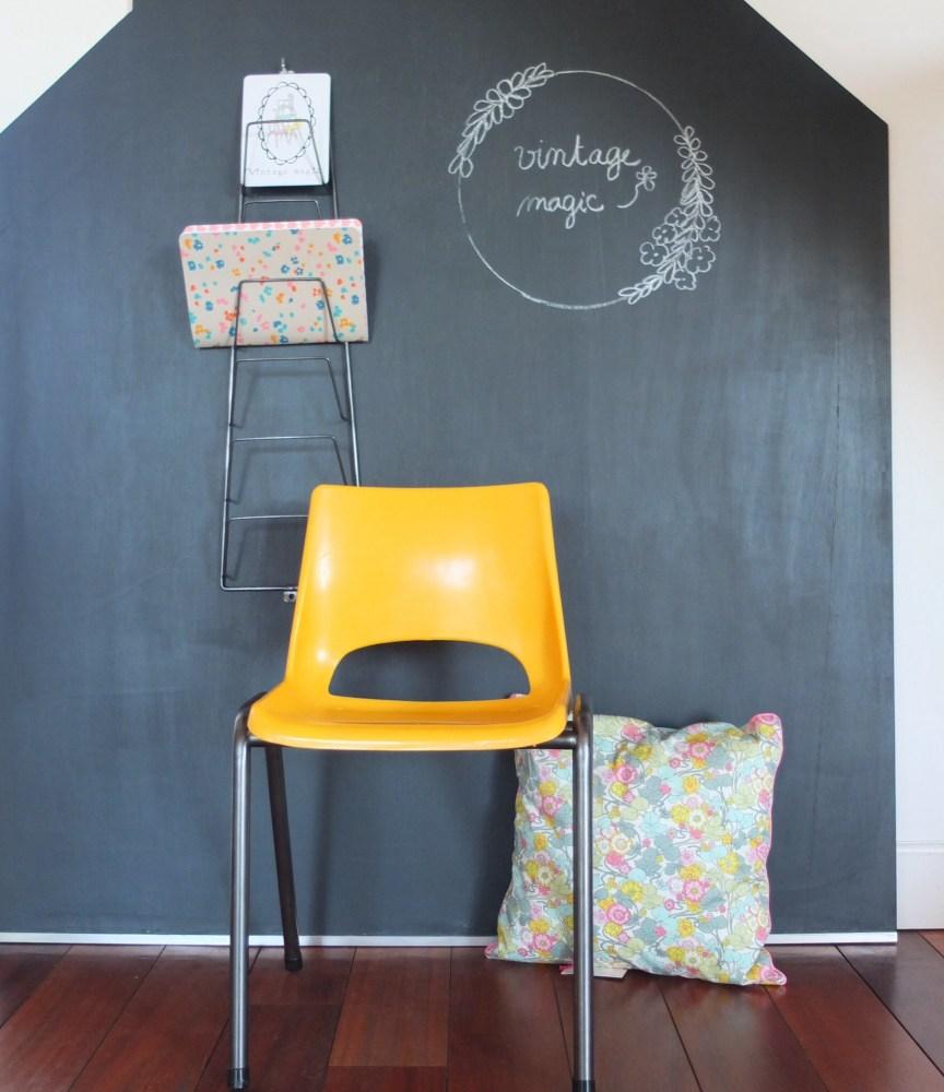 Chaise maternelle années 60-70 plastique jaune