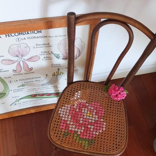 Chaise de bistrot ancienne, cannage et point de croix.