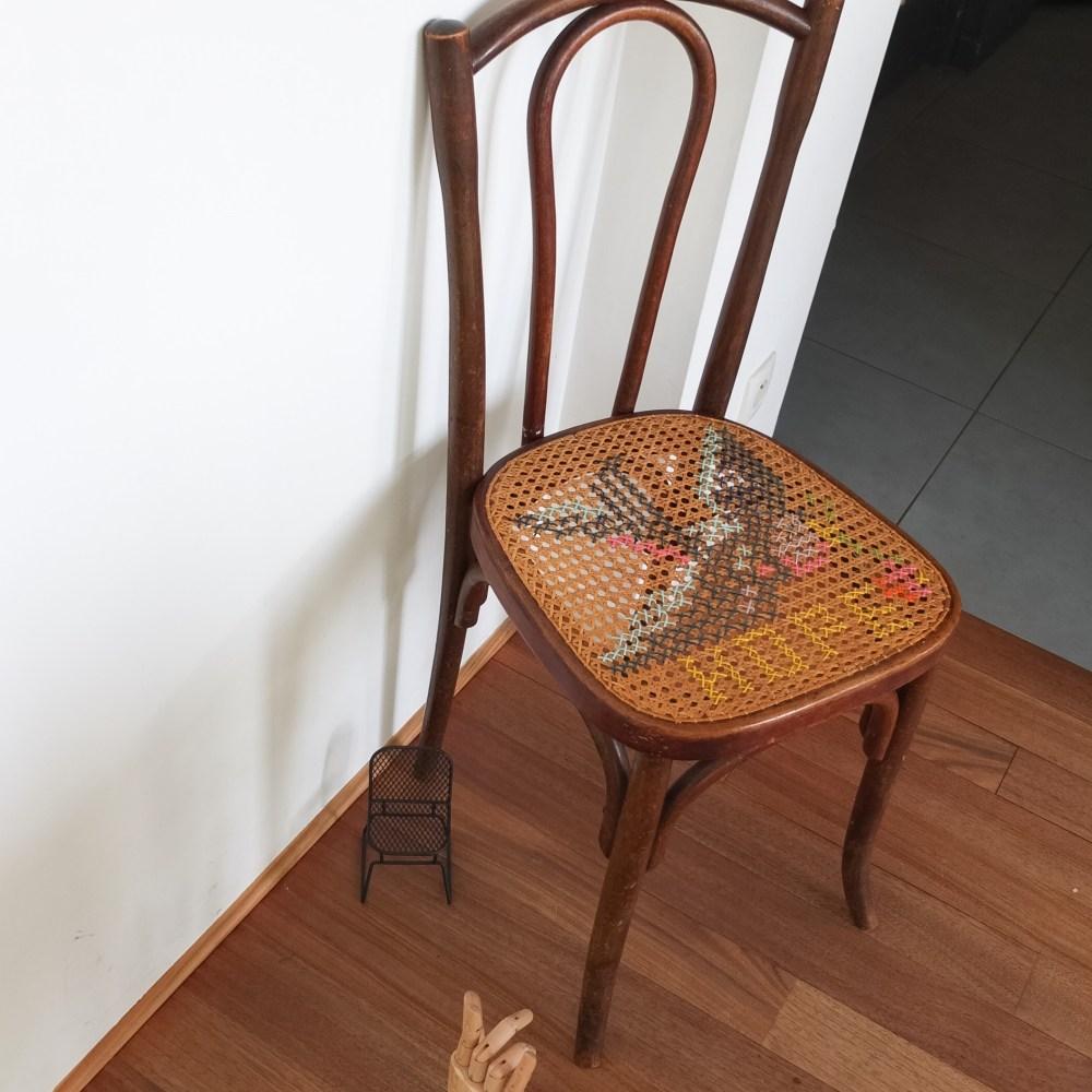 chaise de bistrot ancienne cannage et point de croix l hirondelle vintage magic. Black Bedroom Furniture Sets. Home Design Ideas