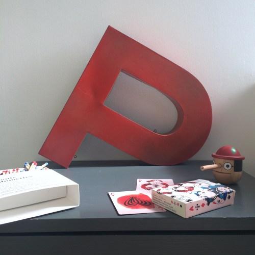 Lettre d'enseigne P en zinc peint en rouge