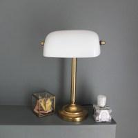 Lampe de bureau en opaline blanche, dite lampe de banquier ou de notaire.