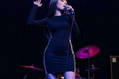 neena_rose_on_stage-1