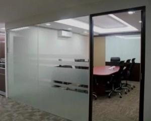 Reforma de oficina con pared de cristal