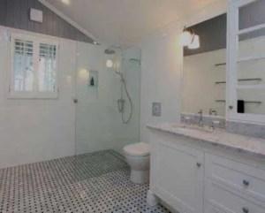 Sustitución de bañera por plato de ducha en cuarto de baño
