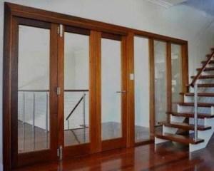 Escalera y puerta en carpintería