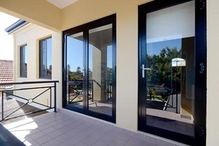 Caixilharia: portas e janelas em PVC.