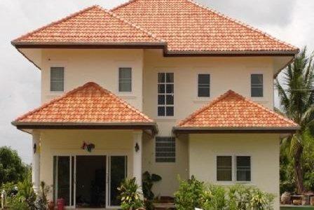 Construção de moradia com telhado tradicional.