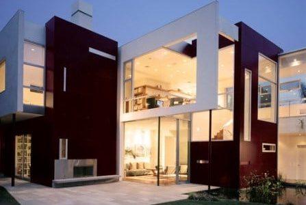 Construção de moradia moderna com fachada em vidro.