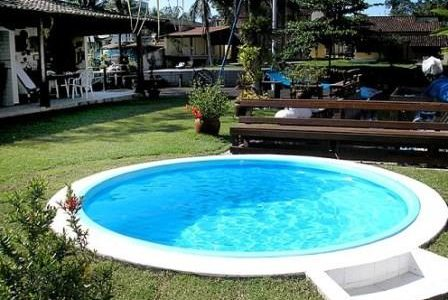 Construção de piscina redonda.