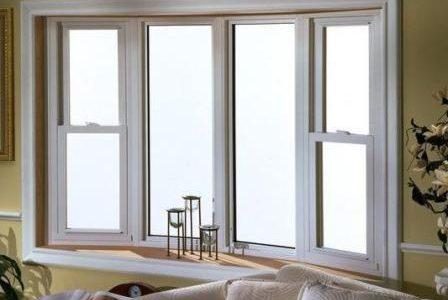 Caixilharia: janela em PVC.