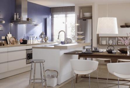 Remodelação de cozinha pequena com parede azul.