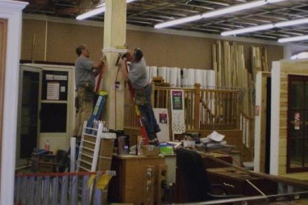 Últimos detalhes na remodelação de loja em centro comercial.