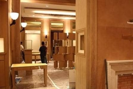 Remodelação de loja em centro comercial com execução de nicho numa das paredes.