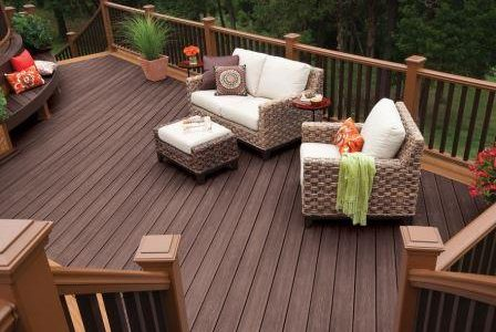 Deck de madeira e guardas de madeira.