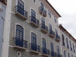 Reabilitação de edifício com fachada em azulejo.