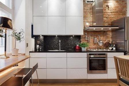Remodelação de cozinha pequena com móveis lacados a branco alto brilho.