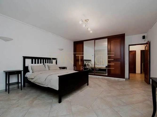 Remodelação de interior de quarto: Roupeiro, pavimento e pinturas.