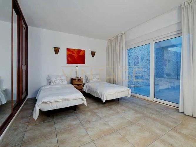 Remodelação de interior de quarto: Caixilhos, pavimento e pinturas.