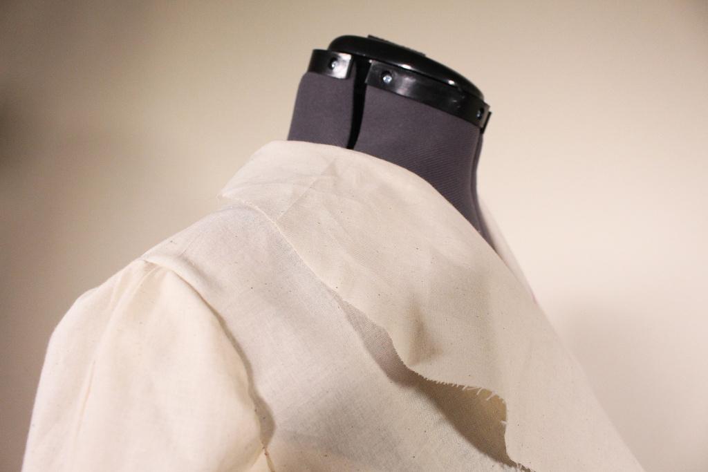 Lapel and shoulder detail on Vintage Vogue V9280. The shoulder features shoulder pads to give it a more 40s look. | Vintage on Tap