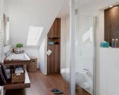 Remodelações de casas de banho com desvão.